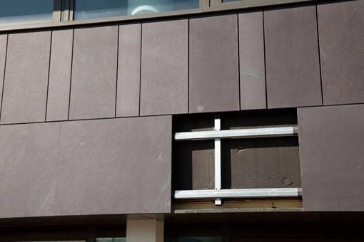 En detaljbild på ett fasadsystem med Welsh State Heather skuren skiffer. Nordskiffer