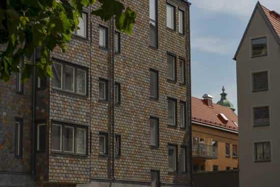 Takskiffer på fasad – Kv Gesällen Kalmar, Samaca multicolor, 250 x 400 mm. Dubbeltäckning.
