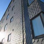 Kv Ryttaren Varberg spetsklippt takskiffer av Samaca Classic, dubbeltäckning på fasad