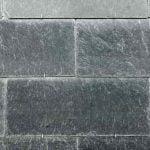 Detaljbild takskiffer Lugano enkeltäckning monterad med krok på fasad