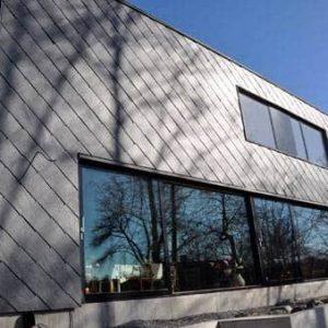 Samaca 55 skiffer på fasad, diagonalt utseende skapat med dolt montage