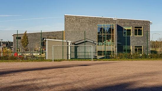 Skola i Nyköping med takskiffer på fasad