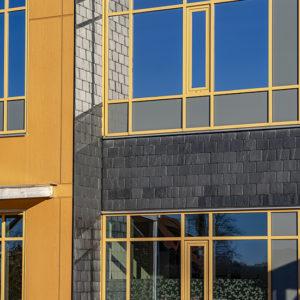 Svalsta skola i Nyköping med takskiffer på fasad