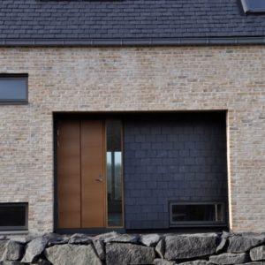 Entré klädd med takskiffer på fasad i dubbeltäckning - Nordskiffer Classic