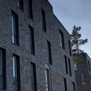 Multicolor takskiffer på fasad på projekt Tollare i Nacka