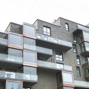 Balkonger med glaspartier och fasader klädda med takskiffer - Samaca Multicolor