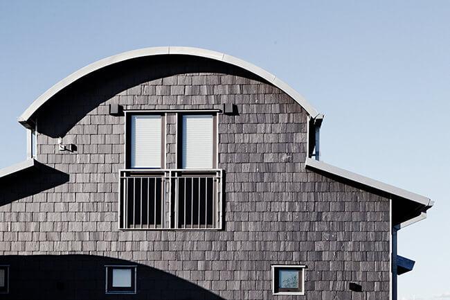 Takskiffer i dubbeltäckning på fasad. Skiffer är utmärkt för arkitekter