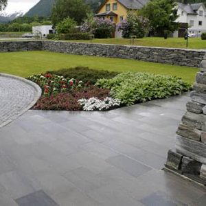 Markskiffer ger dig fina och hållbara ytor och du kan använda det på trädgårdsgångar, trappor och uteplatser