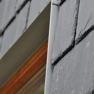 Såhär monteras skiffer på fasad. Takskiffer Nordskiffer Svart på fasad dubbeltäckning, detaljbild fönster
