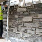 Naturstensmurar i skiffer muras upp ungefär som tegelsten