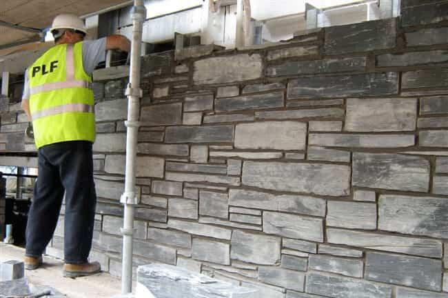 Muras i skiffer muras upp ungefär som tegelsten.