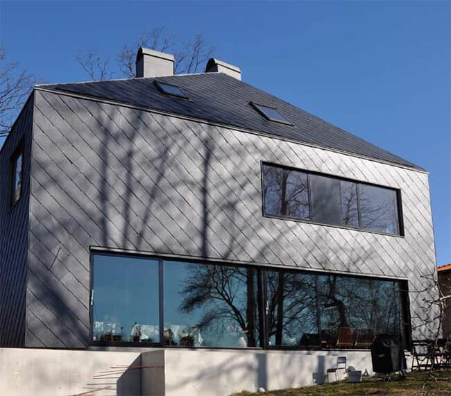Villa med fasad och tak klädda i takskiffer Samaca 55, kvadratisk med dolt montage
