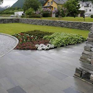 Skiffer utomhus harmoniserar väl med omgivningen, såväl naturen som byggnader.