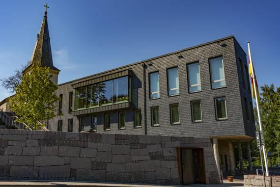Församlingshem i Askim med takskiffer på fasad