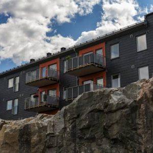 Flerfamiljshus med takskiffer på fasad, Samaca Classic monterad i enkeltäckning