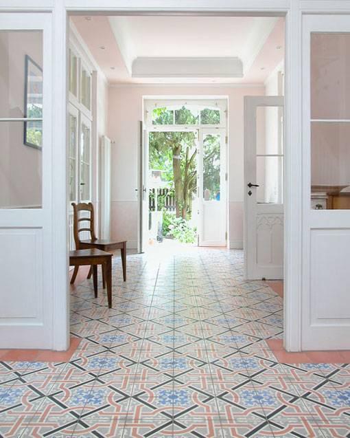 VIA golv betongklinker korridor med mönstrade plattor enfärgad fris