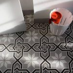 VIA golv betongklinker svart grått blom-/stjärnmönster