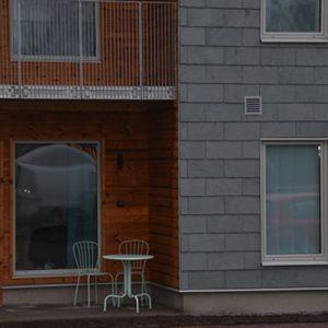 Takskiffer på fasad monterat i enkeltäckning blandat med balkonger i trä