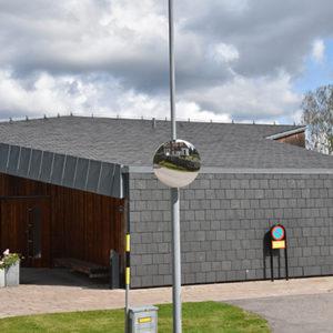 Kapell i Stenungsund klädd med takskiffer på tak och fasad i dubbeltäckning