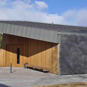 Skiffer på tak och fasad monterad i dubbeltäckning, Nordskiffer Classic - Norum Kapell