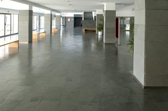 Golvskiffer med klovyta Samaca Grå på golv och pelare