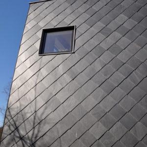 Takskiffer Samaca 55 diagonal på fasad projekt Thiel Nacka
