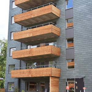 Fasad med Nordskiffer Grön med balkonger i trä.