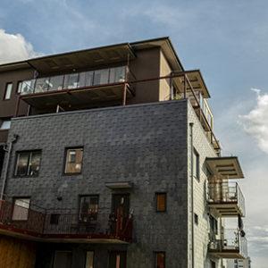 Fasadskiffer på flerfamiljshus - Isärdragen dubbeltäckning