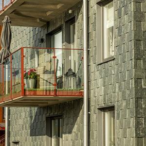 Lugano takskiffer monterad i dubbeltäckning i isärdragen montage på projekt Slätpricken i Västerås
