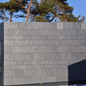 Fasad på Villa W i solsken