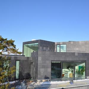 Villa W hus klätt med skuren skiffer i klovyta och polerad yta