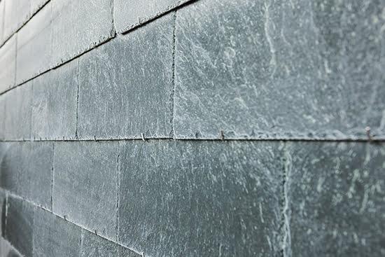 Närbild på Lugano takskiffer på fasad monterad i enkeltäckning med krok