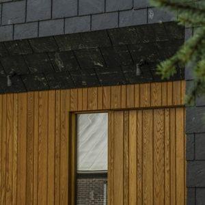 Hus med svart skiffer och trä på fasad, skiffer från Nordskiffer