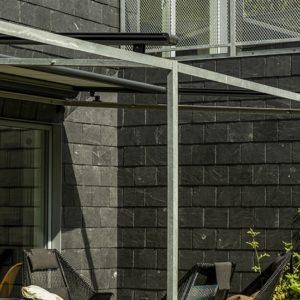Takskiffer på fasad i ett montage i dubbel och enkeltäckning, Nordskiffer Svart