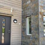 Entré till Radhus fasadmontage med takskiffer Samaca Multicolor