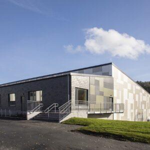 Bläseboskolan takskiffer på fasad Lugano grå och Castillo