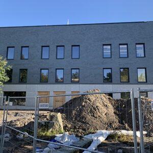 Nordskiffer Grå klär fasaden på Råsslaskolan