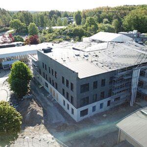Fasadmontering på Råsslaskolan - Takskiffer på fasad
