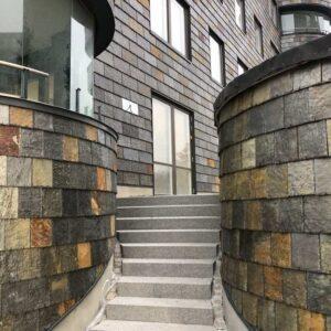 Trappa inramad av rundade fasader, takskifferplattor Otta Rost, Fyrtornet
