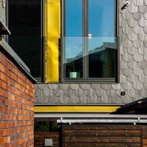 Takskifferfasader, rundklippta plattor. Morgondoppet Foto Fredrik Karlsson, Landskrona stad